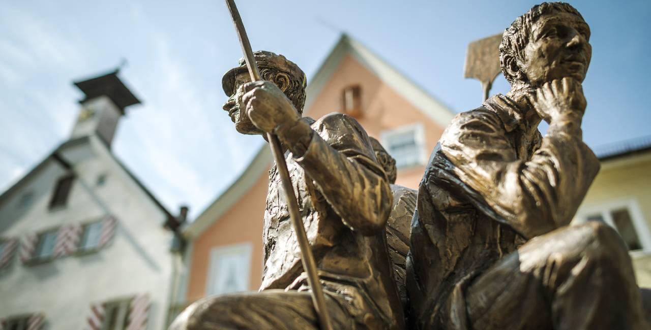 Statuen des Bäckerbrunnen auf dem Schrannenplatz in der romantischen Altstadt von Füssen im Allgäu.